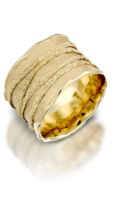 טבעת נישואין עבה מזהב צהוב בעיטור פסים מובלט