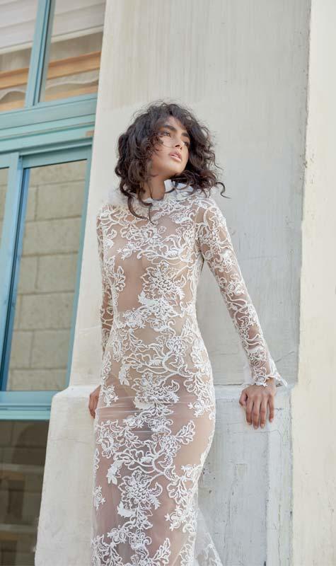 שמלת כלה צמודה על טהרת התחרה