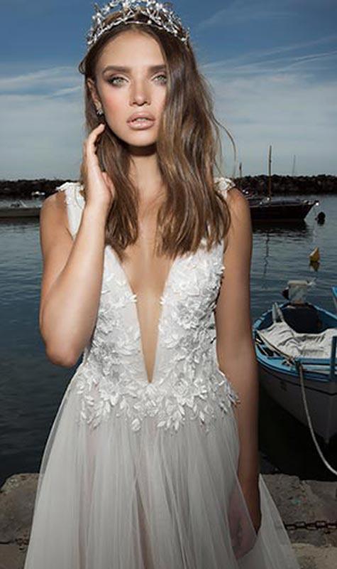שמלת כלה עם שילוב פרחי תחרה ומחשוף