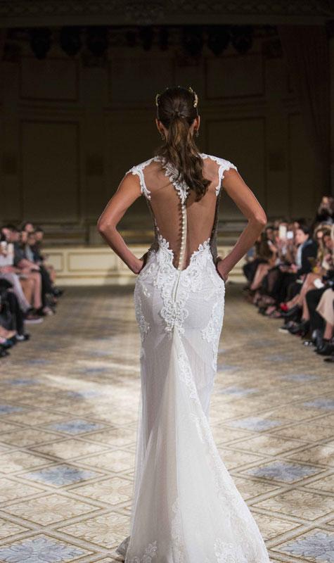 מבט מהגב על שמלת כלה עם שזירת חרוזים לאורכה