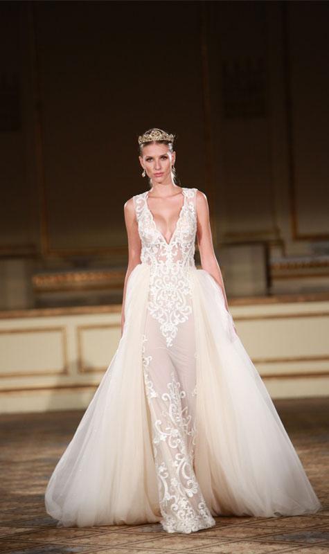 שמלת כלה לבנה עם מפתח קדמי נדיב ונזר לראש