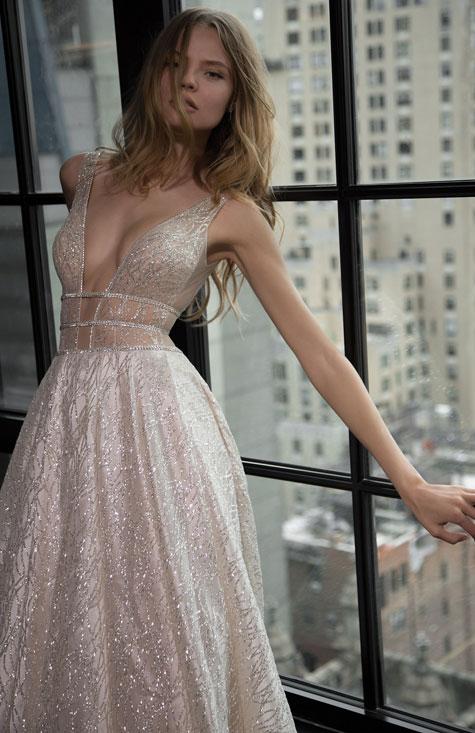 שמלת כלה בעלת מחשוף בצבע שנהב