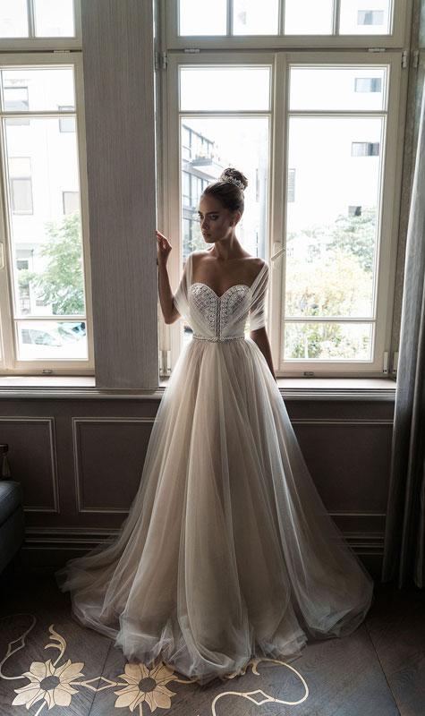 שמלת כלה עם מותן גבוהה ושכבות בדים