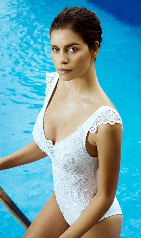 בגד ים שלם בטקסטורה תחרה בצבע לבן